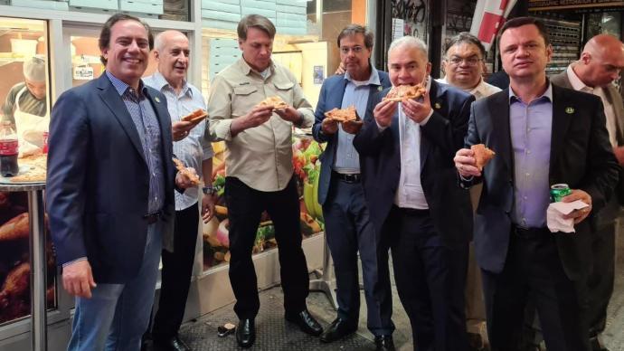 未打疫苗被餐厅拒之门外,巴西总统站在街头吃披萨