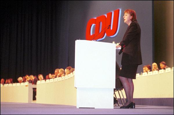 2000年4月10日,安格拉·默克尔在德国埃森举行的基民盟大会上当选基民盟主席。