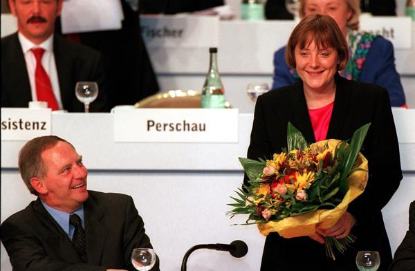 1998年11月6日,德国基民盟通过新选举产生安格拉·默克尔秘书长。