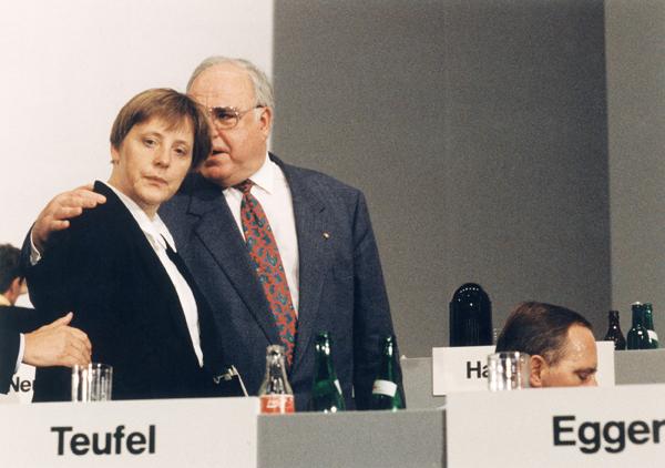 1993年2月28日,时任德国总理赫尔穆特·科尔与安格拉·默克尔。