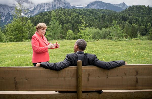 当地时间2015年6月8日,德国Kruen,G7峰会间歇,德国总理默克尔和美国总统奥巴马进行交流。
