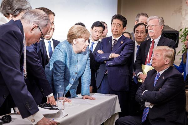 当地时间2018年6月9日,加拿大拉马尔拜,七国集团峰会第二日,德国总理默克尔等国家领导人与美国总统特朗普交谈。
