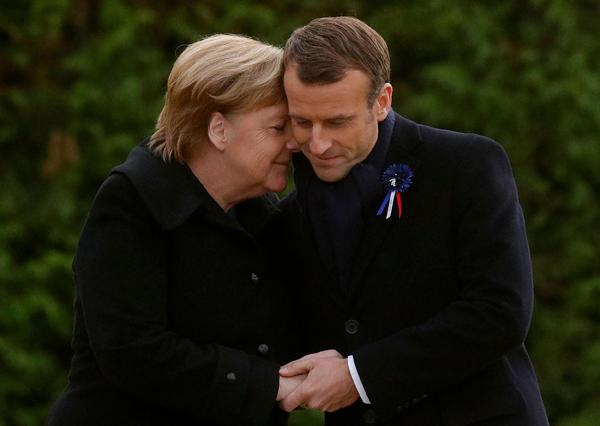 当地时间2018年11月10日,法国北部贡比涅,第一次世界大战停战100周年纪念仪式上,法国总统马克龙与德国总理默克尔拥抱。