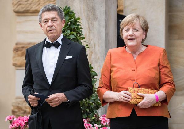 2021年7月25日,德国东南部巴伐利亚州拜罗伊特市,德国总理默克尔偕丈夫约阿希姆·绍尔出席拜罗伊特音乐节开幕式。