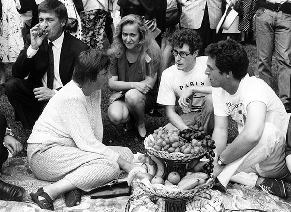 1992年8月22日,德国拜罗伊特,德国联邦妇女和青年部部长默克尔(左)在访问一次国际青年会议时与学生交谈。