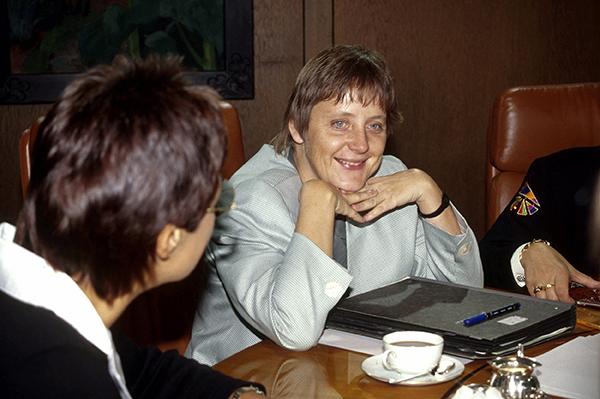 1991年10月16日,德国,安格拉·默克尔参加内阁会议。