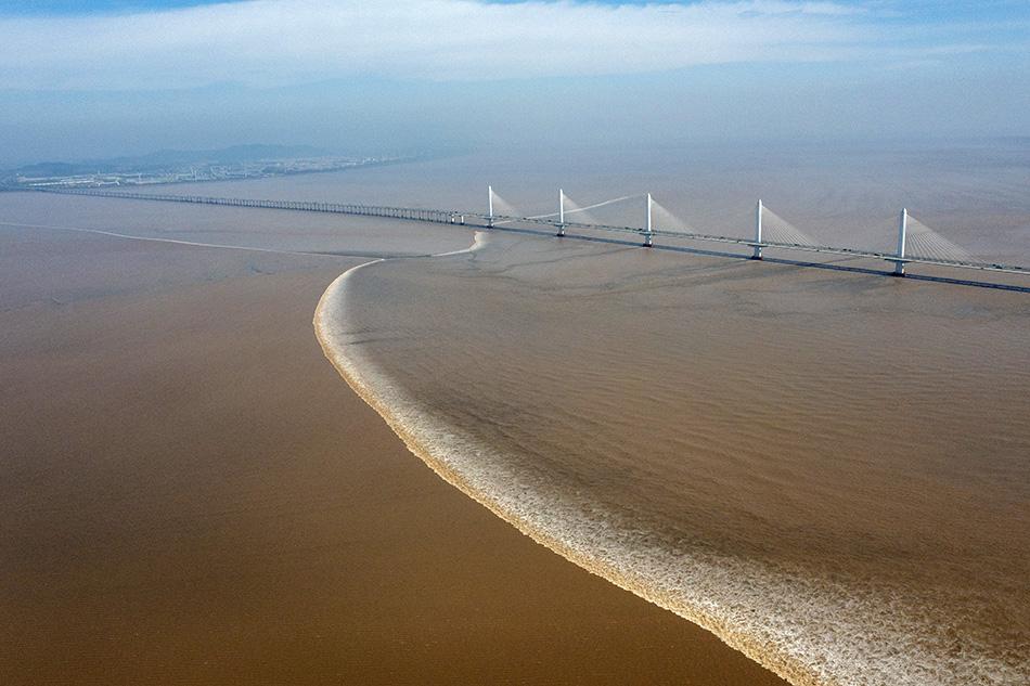 2021年9月24日,钱江潮经过浙江省绍兴市嘉绍大桥。