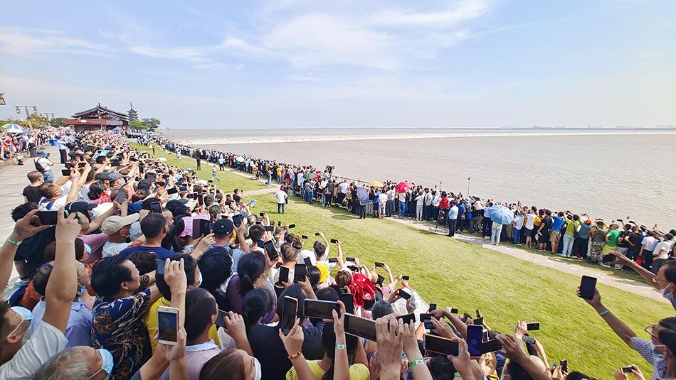 海宁盐官观潮胜地公园今天一共上限1.4万游客,处于饱和观潮的状态。