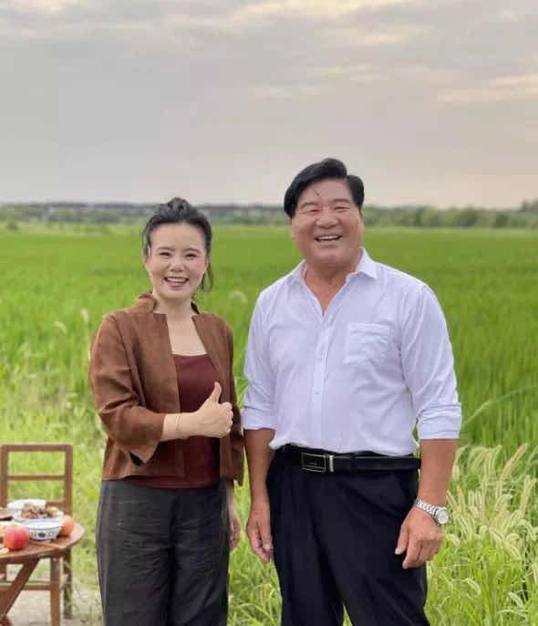 """龚琳娜(左)和""""崇明山歌""""传承人张顺法(右)崇明区供图"""