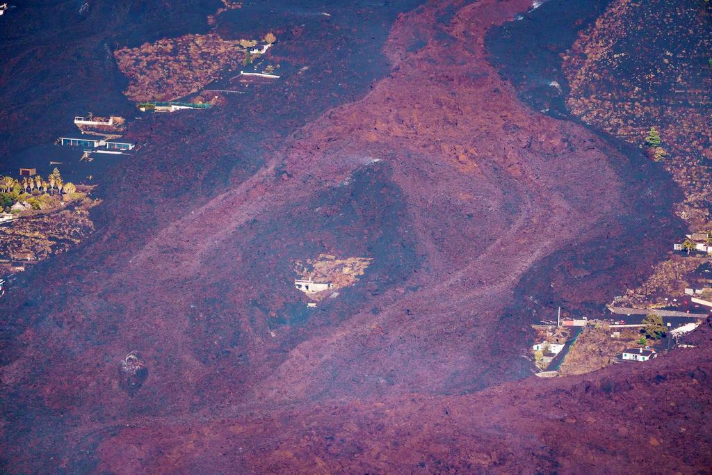 当地时间2021年9月23日,西班牙拉帕尔马岛火山持续喷发,熔岩吞没房屋。