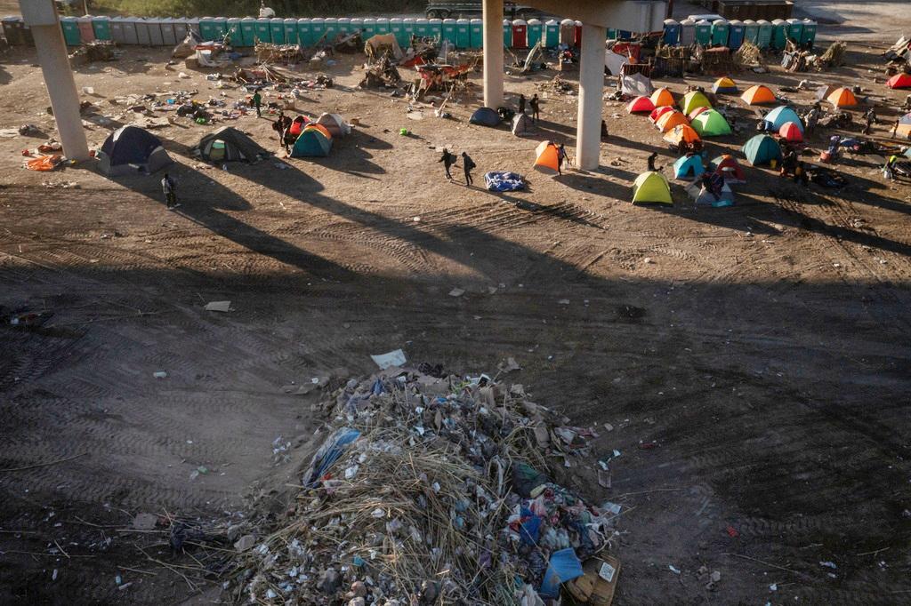 """当地时间2021年9月23日,美国得州,美墨边境""""德尔里奥跨国大桥""""下临时营地被清理后,留下大堆垃圾。"""