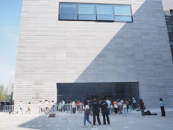 早上9点,西馆门口就陆陆续续有观众排队等候入馆。本文现场图片:澎湃新闻记者 陈若茜