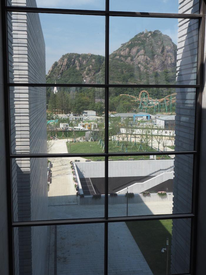透过玻璃可见远处狮子山