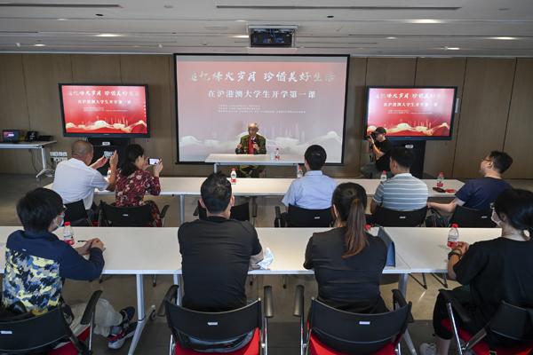 2021年9月25日,上海,刘石安老战士为同学们讲述自己抗美援朝的故事。