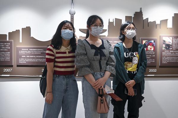 """来自香港的上海师范大学学生陈欣霞(中)很喜欢这样的上课方式,""""了解了一下沪港两地银行发展的百年历史,同时通过上课知道现在的和平生活来之不易,要好好学习,珍惜现在的生活。"""""""