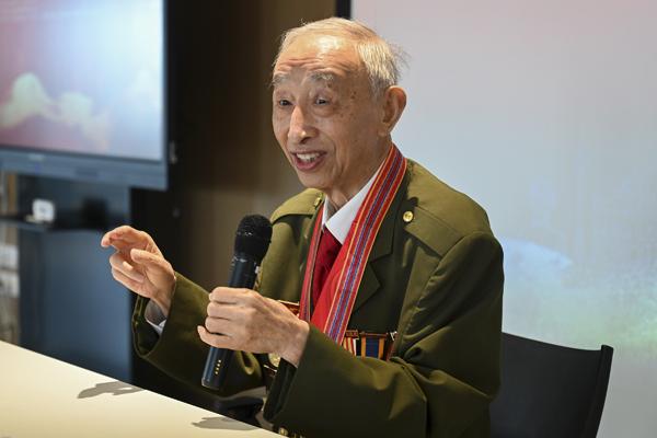 刘石安老战士为同学们讲述自己抗美援朝的故事。
