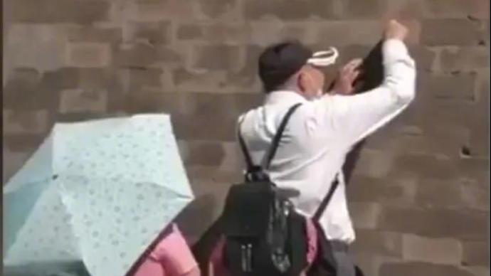 北京警方:一游客在故宫西华门外城墙上刻划,被行拘并罚款