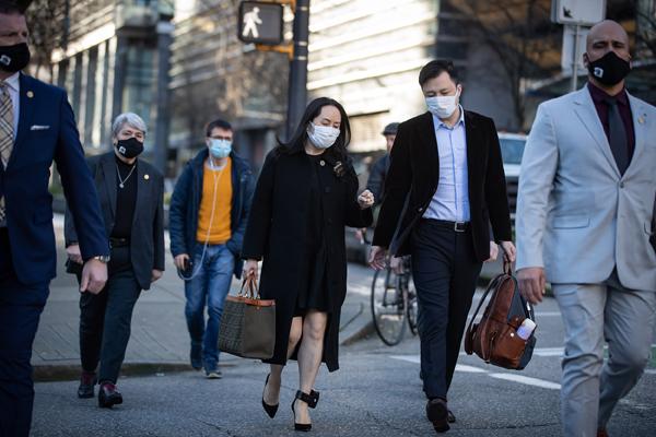 当地时间2021年1月13日,加拿大温哥华,孟晚舟同丈夫刘晓棕离开家前往最高法院。孟晚舟在法院申请放宽其保释条件,但控方反对改变。法官将在12日至13日听取支持和反对该项申请的论点。