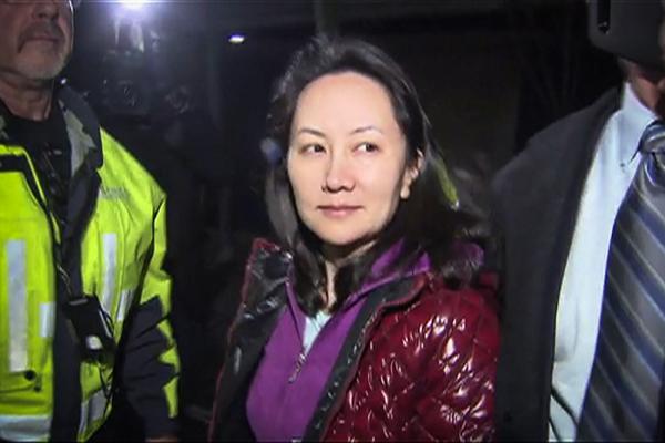 (视频截图)当地时间2018年12月11日,加拿大温哥华,加拿大法院作出裁决,批准华为公司首席财务官孟晚舟的保释申请,孟晚舟离开法院。