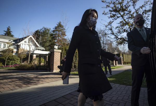 """当地时间2021年3月29日,加拿大温哥华,孟晚舟离家出庭。29日,孟晚舟引渡案开始就""""程序滥用""""的第四分支,也就是美国要求引渡孟晚舟违反国际习惯法进行法庭辩论。辩方律师指出,依据国际法,美国对本案并没有司法管辖权。"""