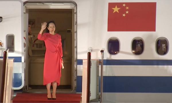 2021年9月25日,深圳,孟晚舟走出机舱。平安到家!孟晚舟乘坐的中国政府包机抵达深圳宝安国际机场。