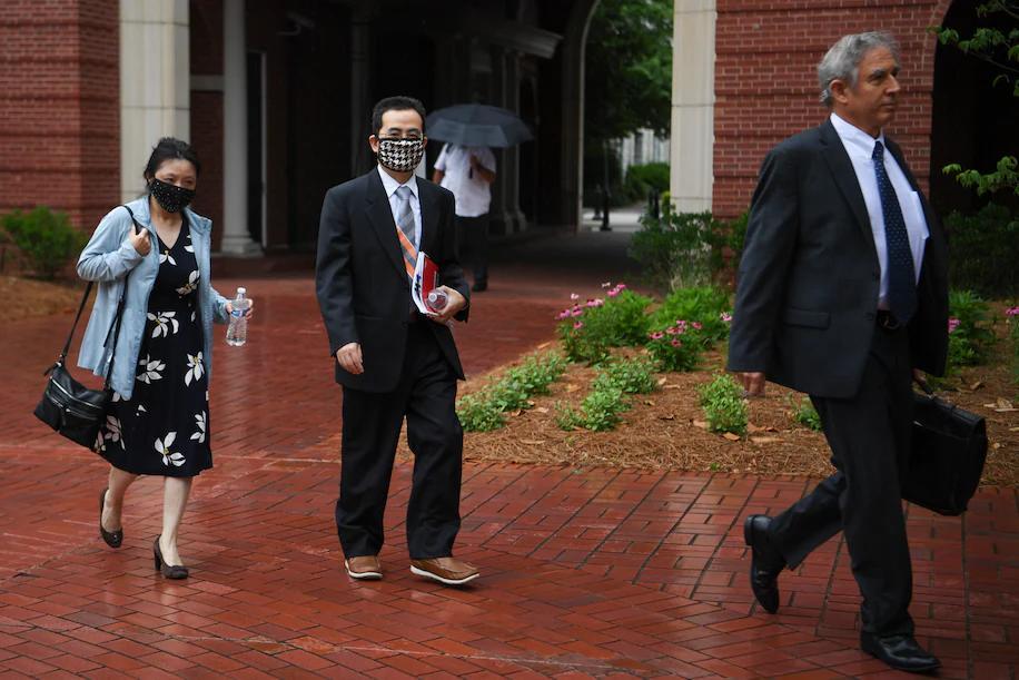 胡安明和他的律师进入法院