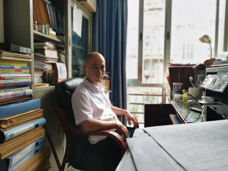 """张华在自己的办公室,他考取律师并专注于""""民告官""""案。澎湃新闻记者 谭君 图"""