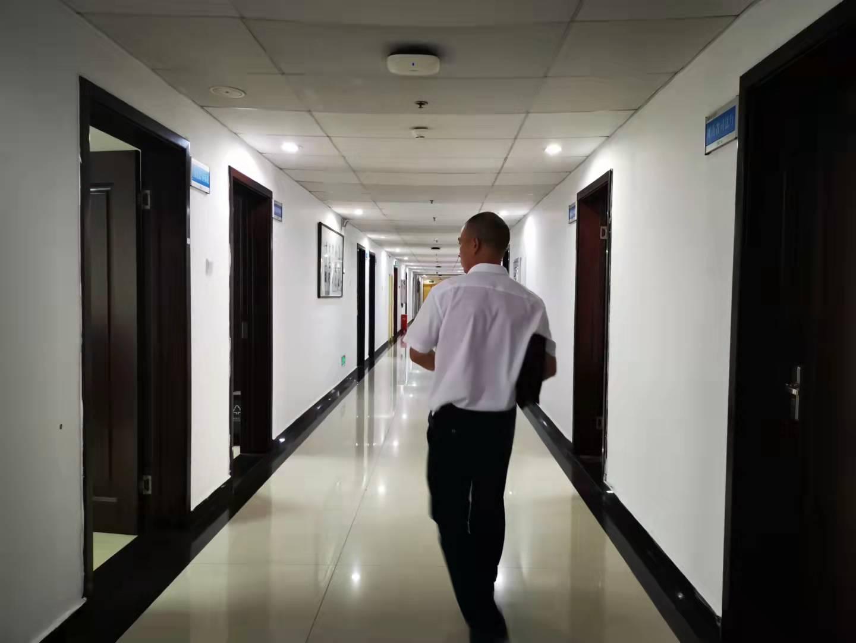 张华走在湖南省司法厅办公楼内 。澎湃新闻记者 谭君 图