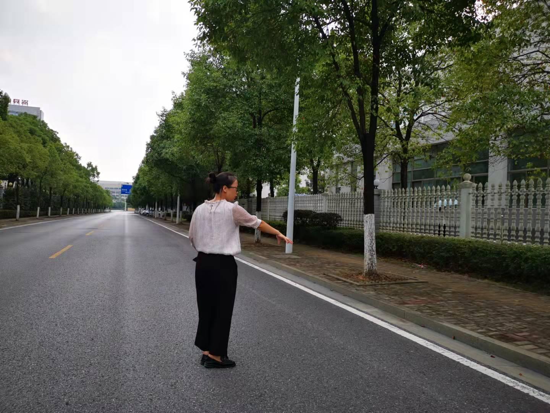周某春妻子在案发现场。 澎湃新闻记者谭君 图