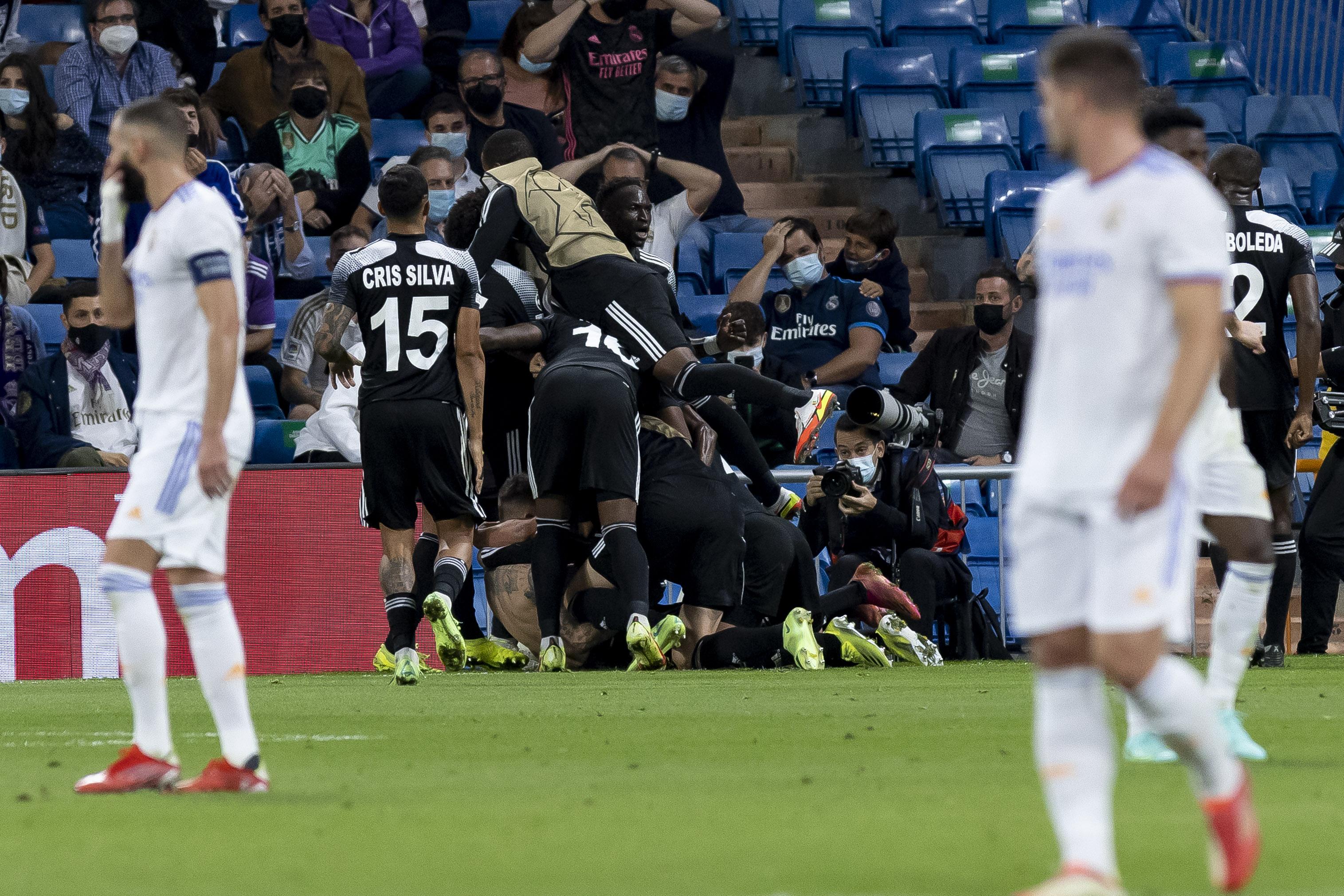 皇马球员只能目睹对手疯狂庆祝。