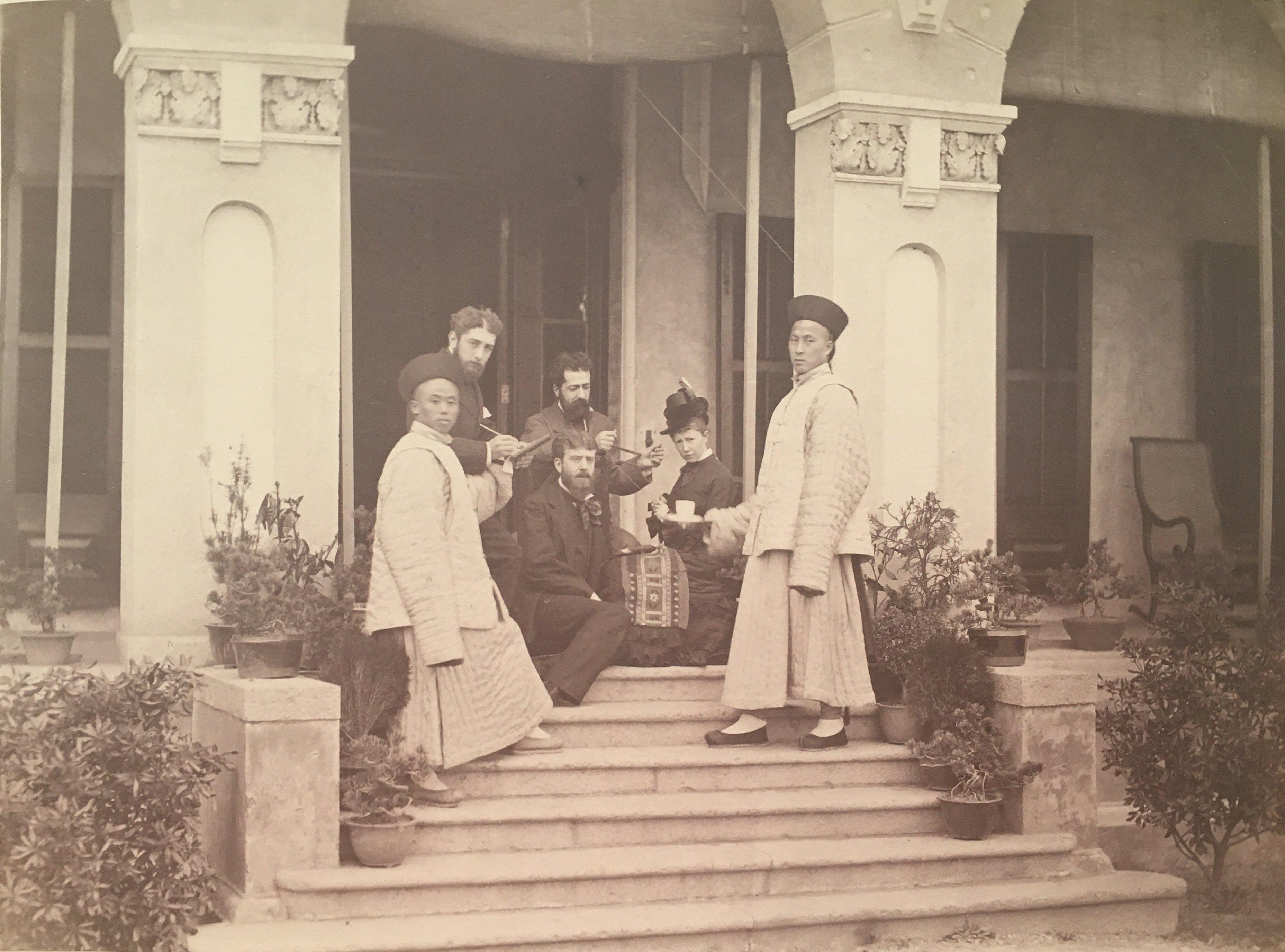 西班牙外交官们在西班牙驻上海领事馆(约1876年) ,收藏于阿拉贡文件和档案馆的瓦尔德奥利沃斯·德·冯茨男爵档案。照片中间是阿加西诺和他的妻子玛丽亚·路易莎·塞拉诺。阿加西诺于1866年至1868年作为青年语言学家访问中国,后于1874年赴西班牙驻北京大使馆任职。