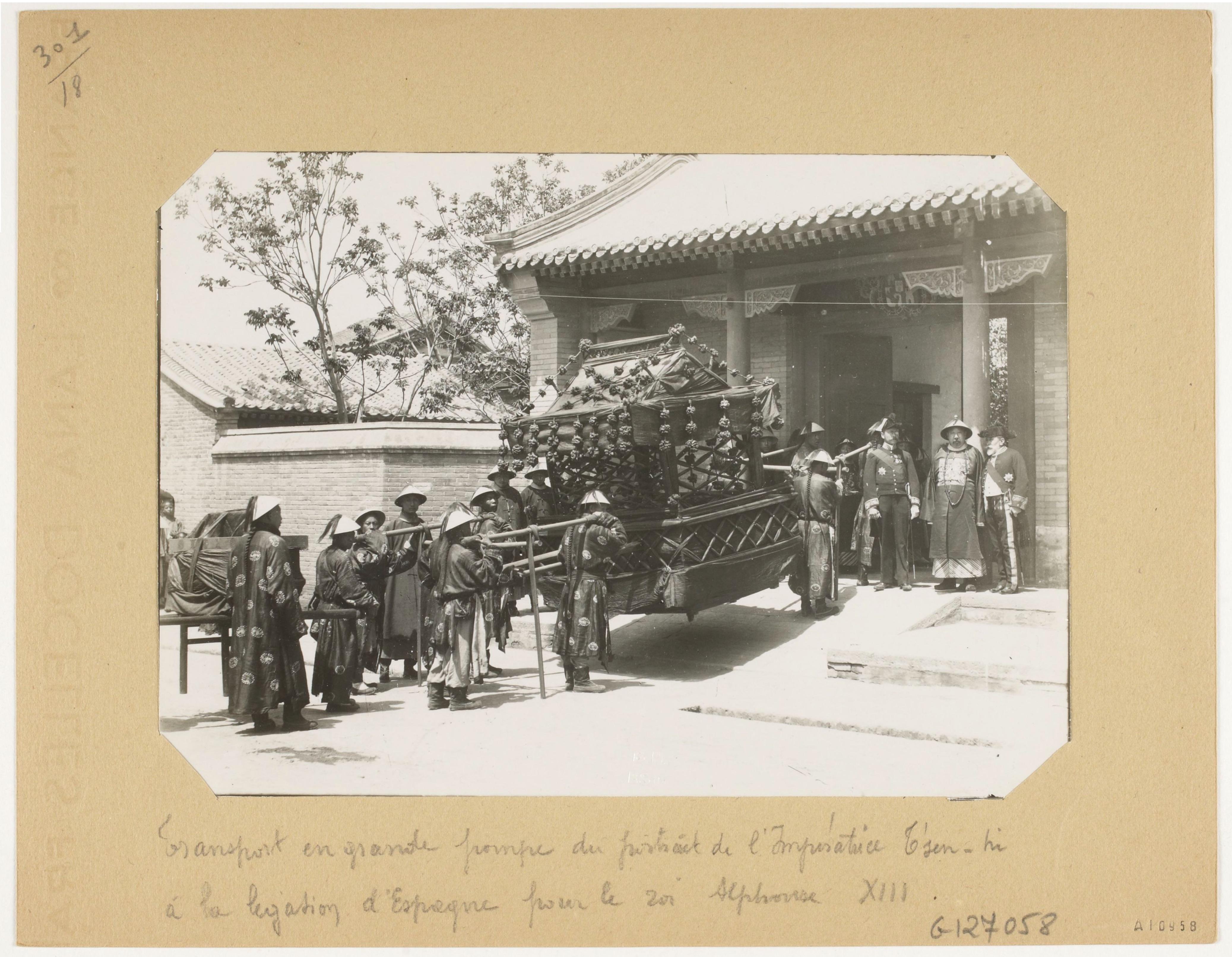 西班牙驻北京大使馆,收藏于法国国家图书馆。照片拍摄的是运送慈禧太后肖像的皇家轿子抵达西班牙使馆的场景,可能是给西班牙国王阿方索十三世和维多利亚·欧亨尼亚的新婚礼物,婚礼时间是1906年5月。在使馆门口接受的是西班牙驻华大使贾思理。 上海塞万提斯图书馆供图