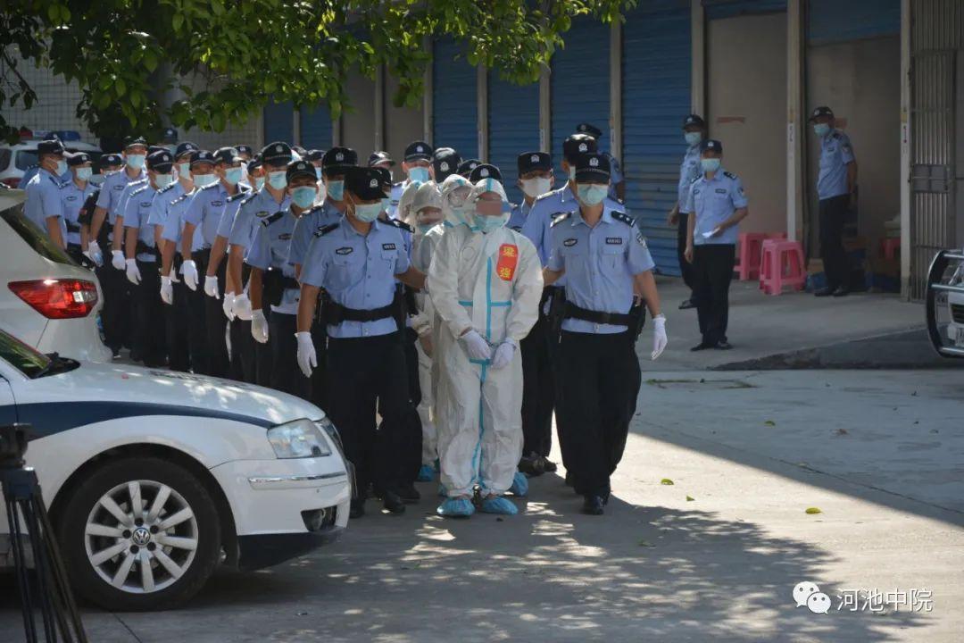 51名被告人被押解入庭