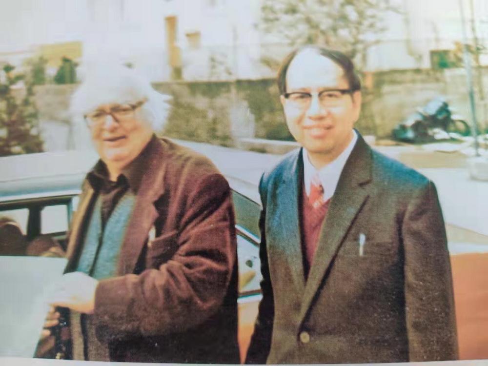 上世纪80年代,瑞士,叶廷芳(右)拜访迪伦马特。 文中叶廷芳照片由家属提供