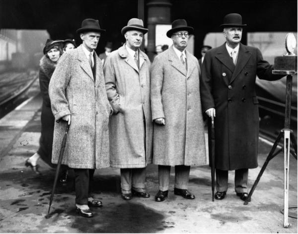 雷金纳德·库普兰德(左)和巴勒斯坦问题皇家委员会的另外几位成员1936年从伦敦维多利亚车站启程前往巴勒斯坦。