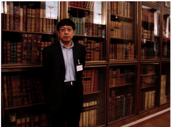 荣新江在大英博物馆内部的旧图书馆