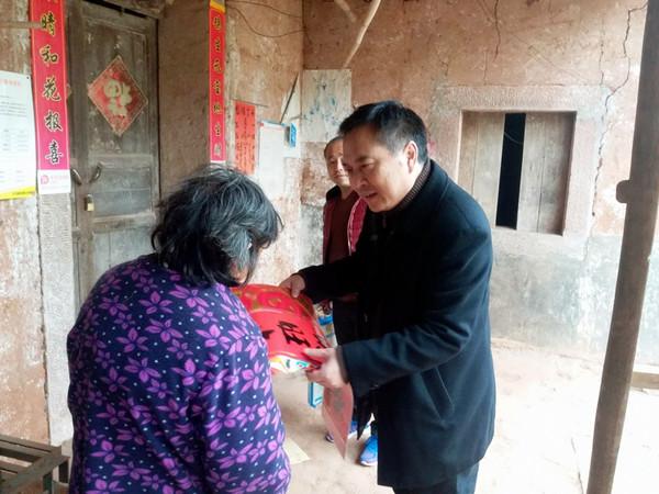 2018年2月,卢锋(右)慰问困难群众 四川省人防办官网 图