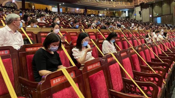 犀利评测 张家界魅力湘西剧场防疫:戴口罩入场,隔座就坐