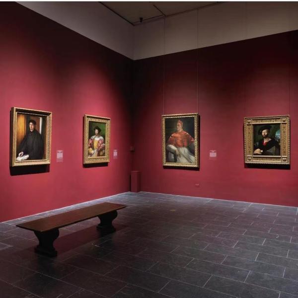 展览现场,左一为《亚历山德罗·德·美第奇肖像》