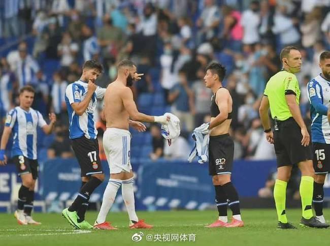 武磊本泽马交换球衣。