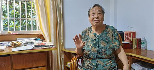 92岁的万峰岩向记者讲述当年搜集资料的经过