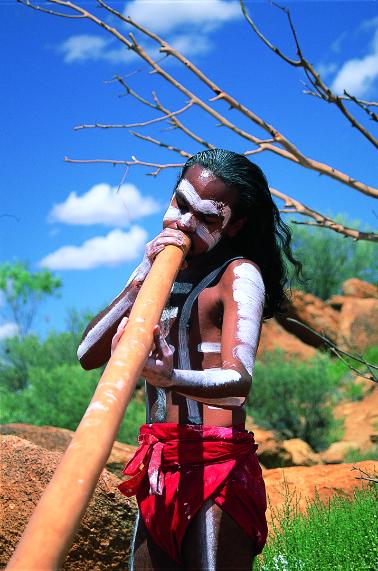 """吹奏""""迪吉里杜""""的原住民青年乐师"""