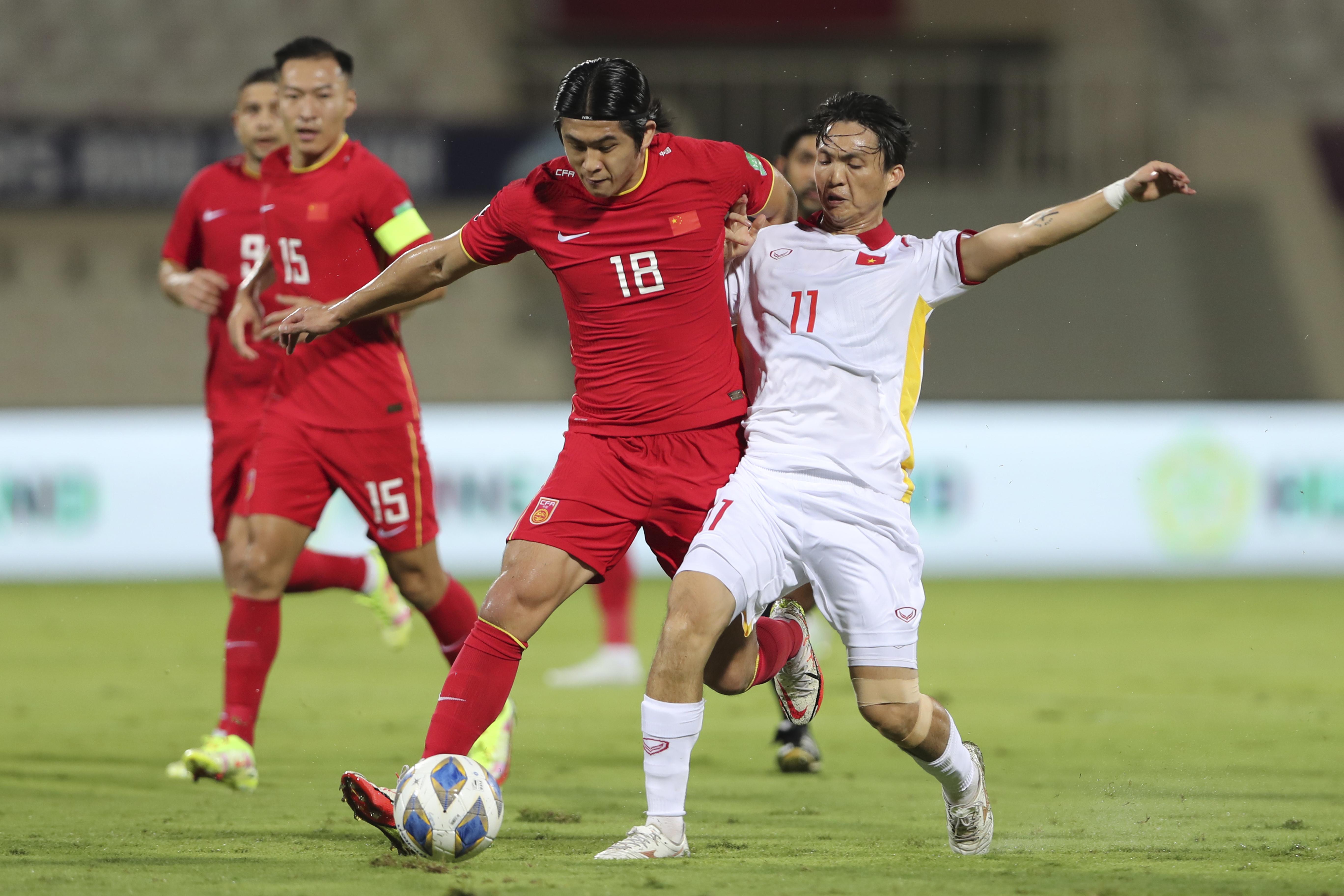 张玉宁在比赛中。