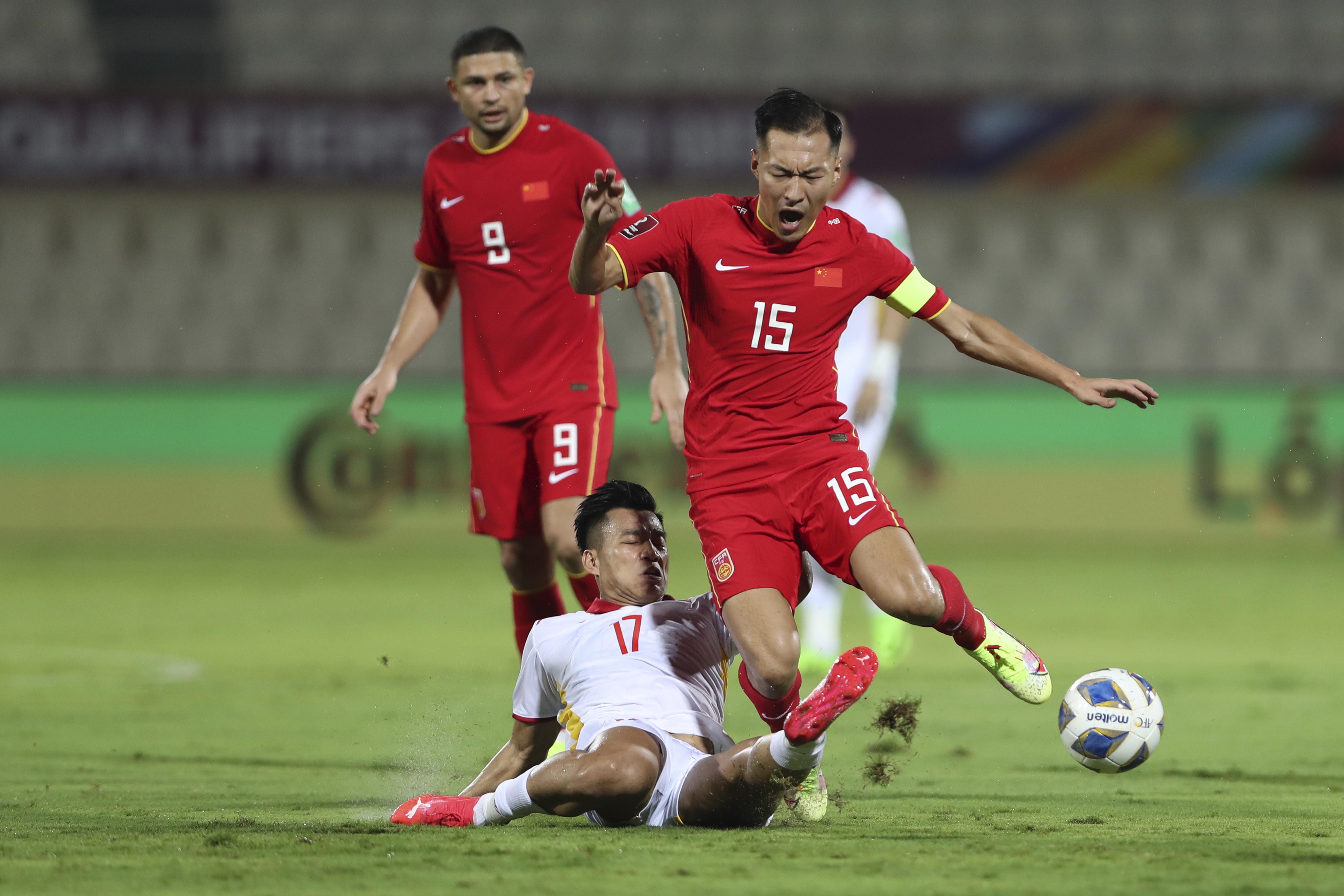 越南球员拦截吴曦。