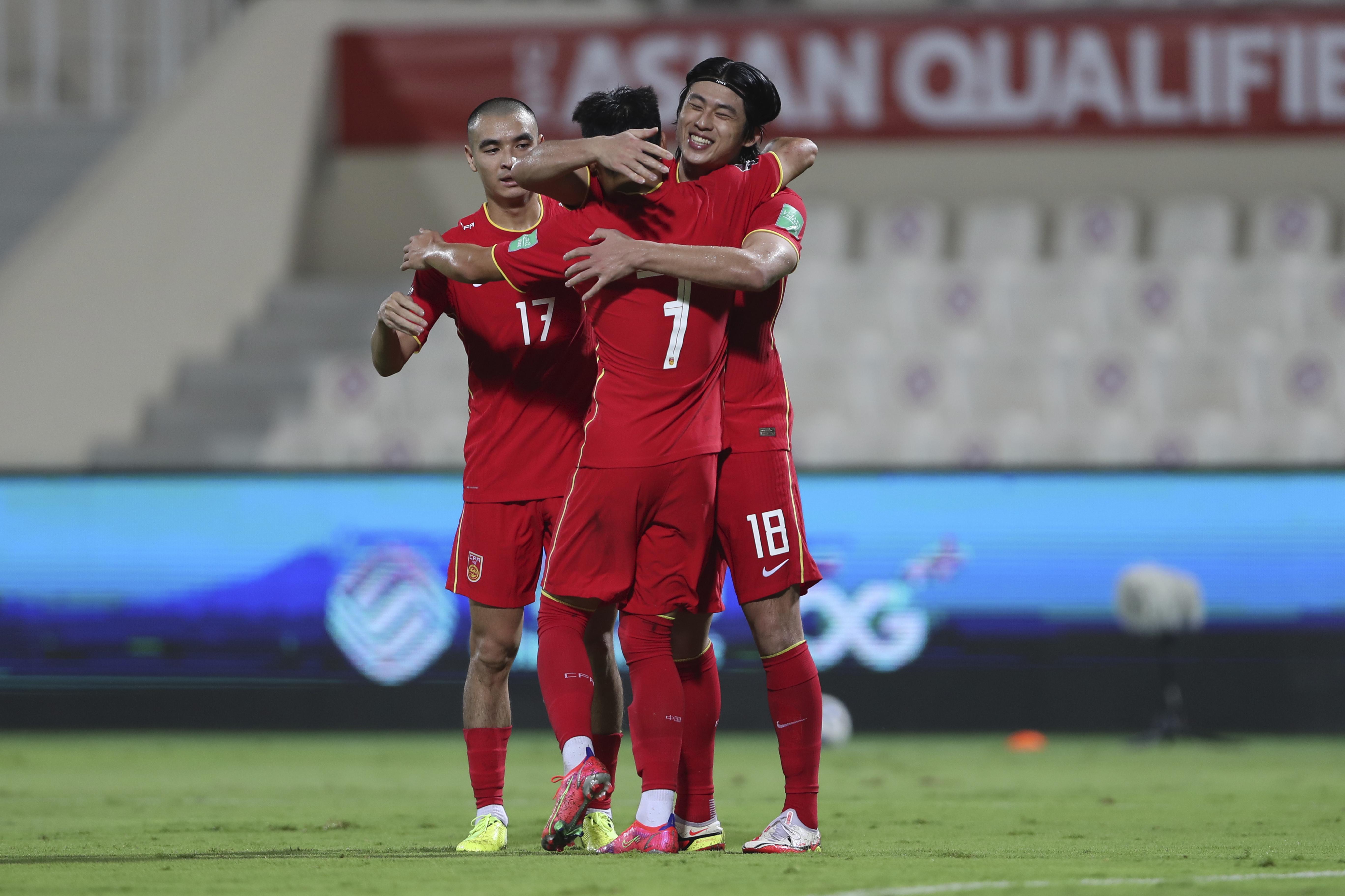 张玉宁和队友庆祝进球。