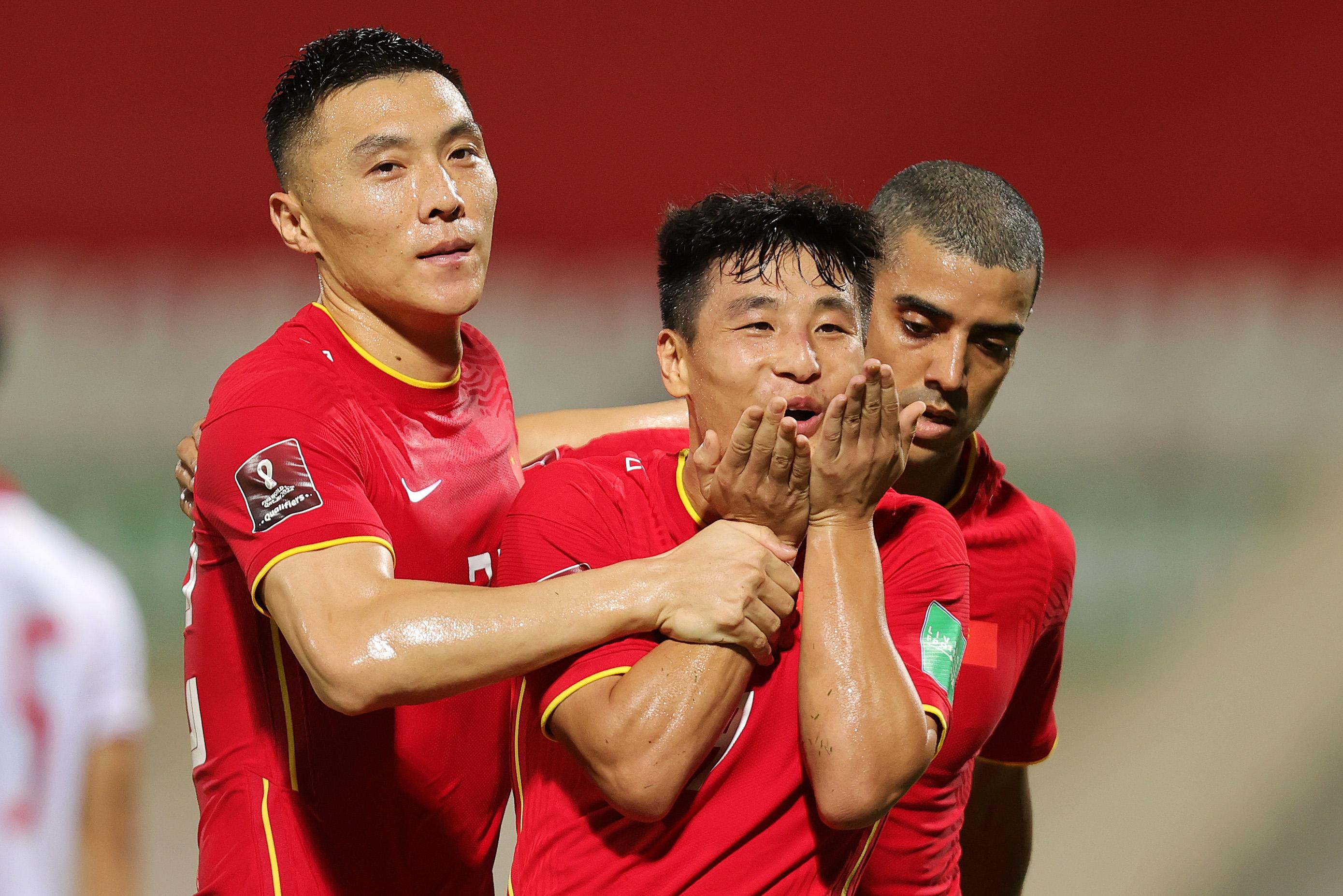 武磊和队友庆祝进球。