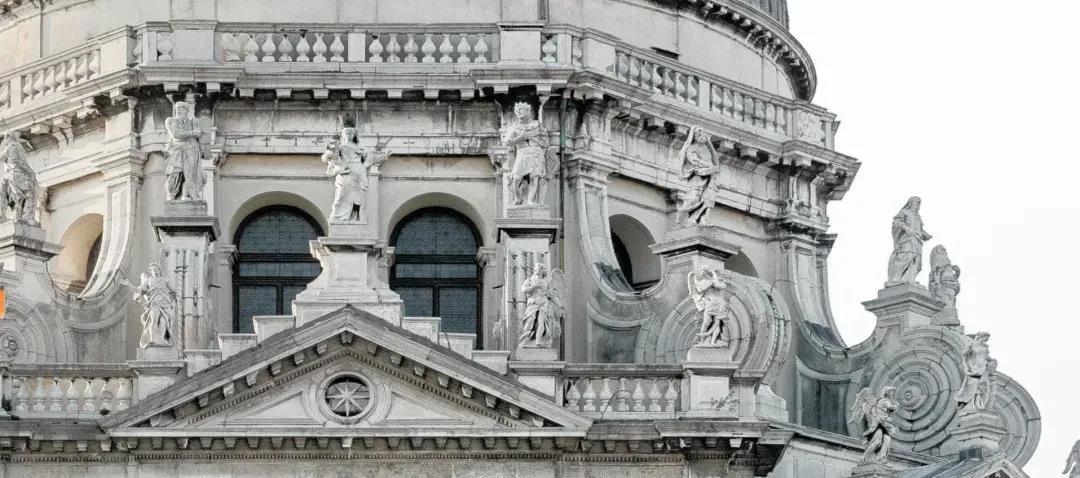 教堂上方的雕塑清晰可见©Laurent Dequick
