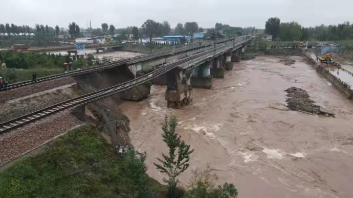 视频直播丨强降雨致山西南同蒲铁路昌源河大桥段悬空,直击抢修现场