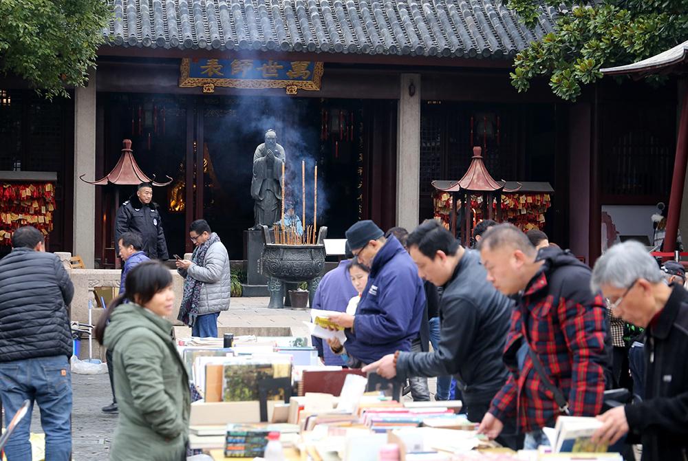 2019年12月29日,上海文庙旧书集市,周日书市人气爆棚。本文图片均为 人民视觉 资料图