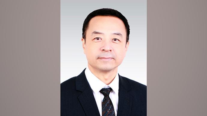 崔士鑫任人民日报社副总编辑,曾任人民日报社研究部主任